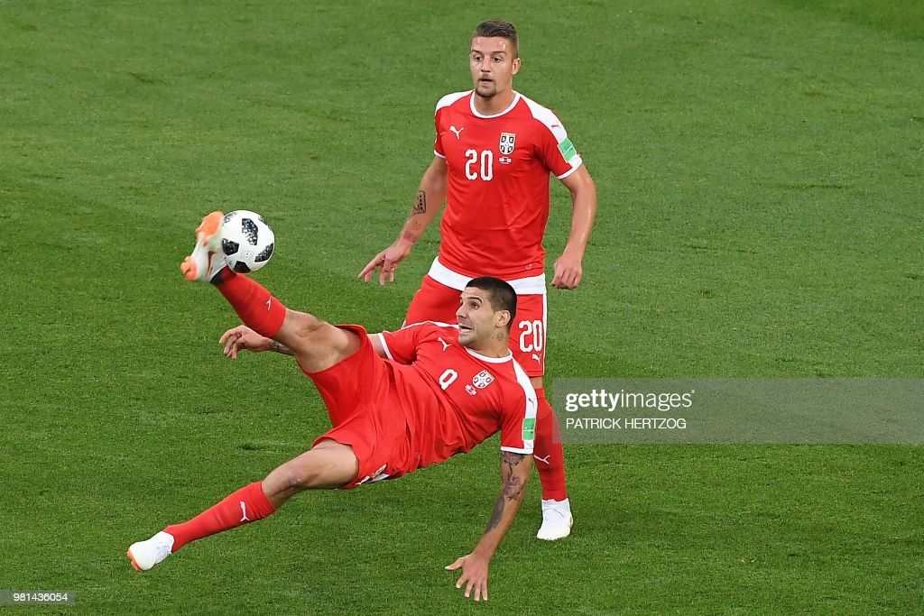 TOPSHOT - Serbia's forward Aleksandar Mitrovic (L) scissor kicks the ball during the Russia 2018 World Cup Group E football match between Serbia and Switzerland at the Kaliningrad Stadium in Kaliningrad on June 22, 2018. (Photo by Patrick HERTZOG / AFP) / RESTRICTED