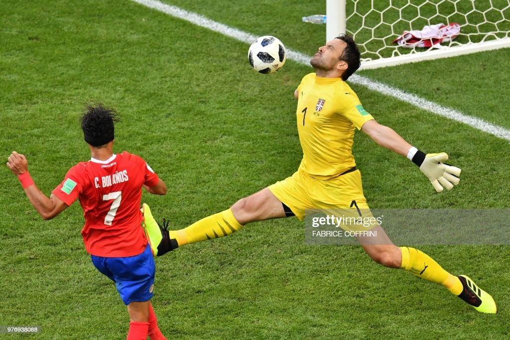 TOPSHOT - Serbia's goalkeeper Vladimir Stojkovic (R) attempts to save a shot by Costa Rica's forward Christian Bolanos during the Russia 2018 World Cup Group E football match between Costa Rica and Serbia at the Samara Arena in Samara on June 17, 2018. (Photo by Fabrice COFFRINI / AFP) / RESTRICTED