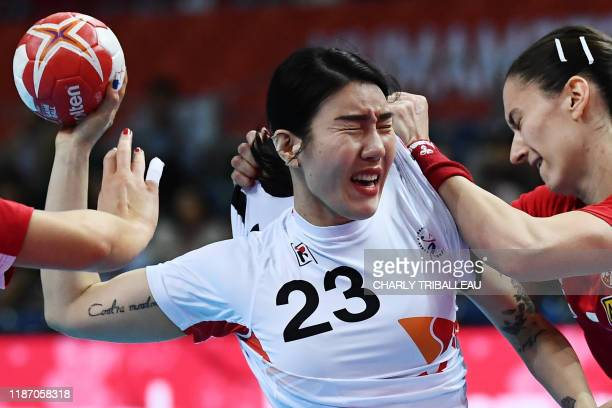 TOPSHOT Serbia's Jelena Trifunovic vies for the ball with South Korea's Lee Migyeong during the Main Round group 1 match between Serbia and South...
