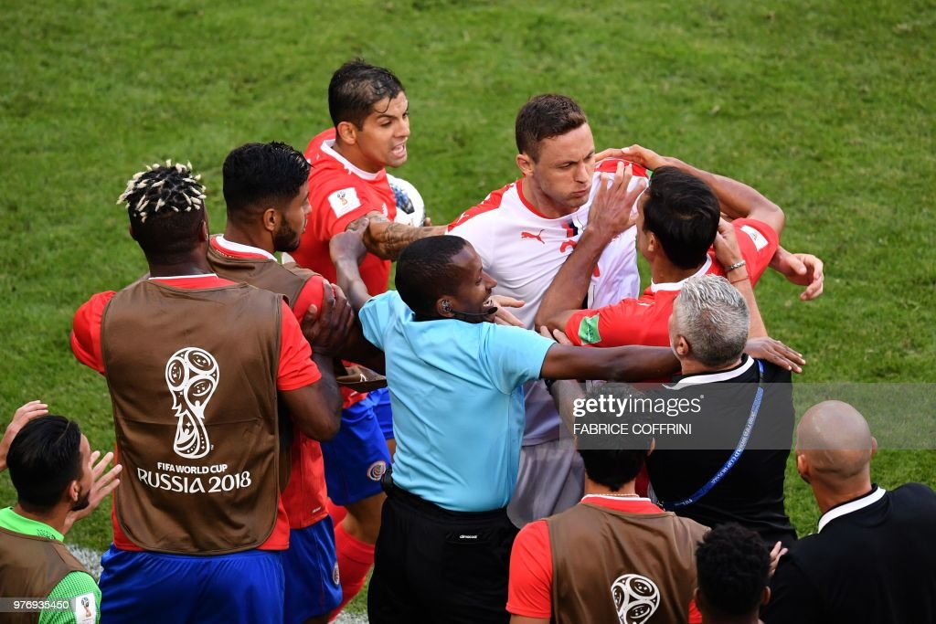TOPSHOT - Serbia's midfielder Nemanja Matic (C-R) is held back by Costa Rica players following an altercation with one of their coaches during the Russia 2018 World Cup Group E football match between Costa Rica and Serbia at the Samara Arena in Samara on June 17, 2018. (Photo by Fabrice COFFRINI / AFP) / RESTRICTED