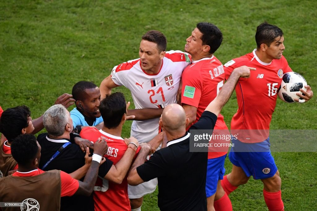 TOPSHOT - Serbia's midfielder Nemanja Matic (C) is held back by Costa Rica players following an altercation with one of their coaches during the Russia 2018 World Cup Group E football match between Costa Rica and Serbia at the Samara Arena in Samara on June 17, 2018. (Photo by Fabrice COFFRINI / AFP) / RESTRICTED