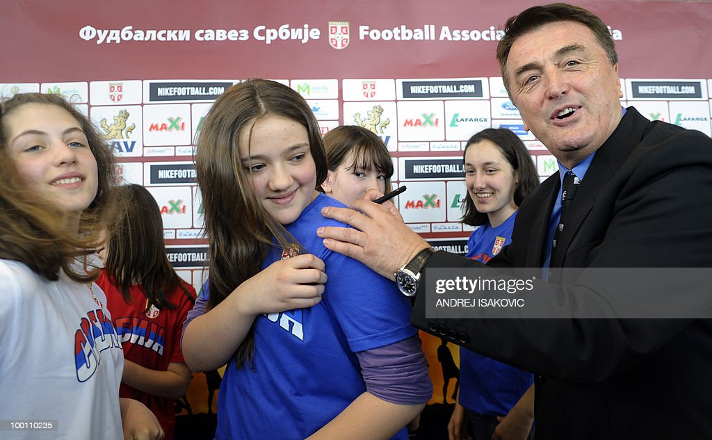 Serbia's national football team coach Radomir Antic signs autographs after he announced his team for the World Cup 2010 on May 21, 2010 during a press conference in Belgrade. AFP PHOTO / Andrej ISAKOVIC