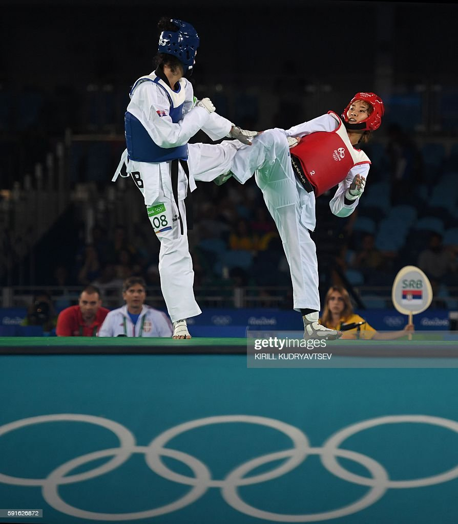 Serbia's Tijana Bogdanovic (L) competes against South Korea's Kim Sohui during the womens taekwondo gold medal bout in the -49kg category as part of the Rio 2016 Olympic Games, on August 17, 2016, at the Carioca Arena 3, in Rio de Janeiro. / AFP / Kirill KUDRYAVTSEV