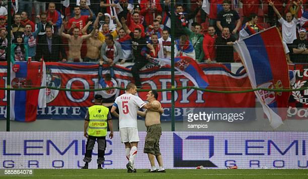 Serbien Fans sturmen den PLatz und werden von Nemanja Vidic beruhigt Fussball Vorbereitungsspiel Serbien Neuseeland zur Fussball WM 2010 in Sudafrika...