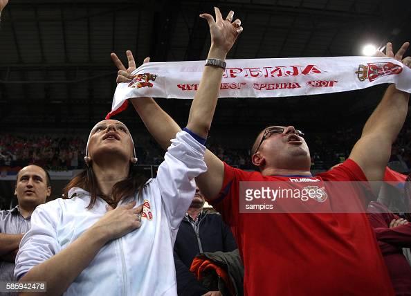 serbische Fans singen die Nationalhymne Handball Männer