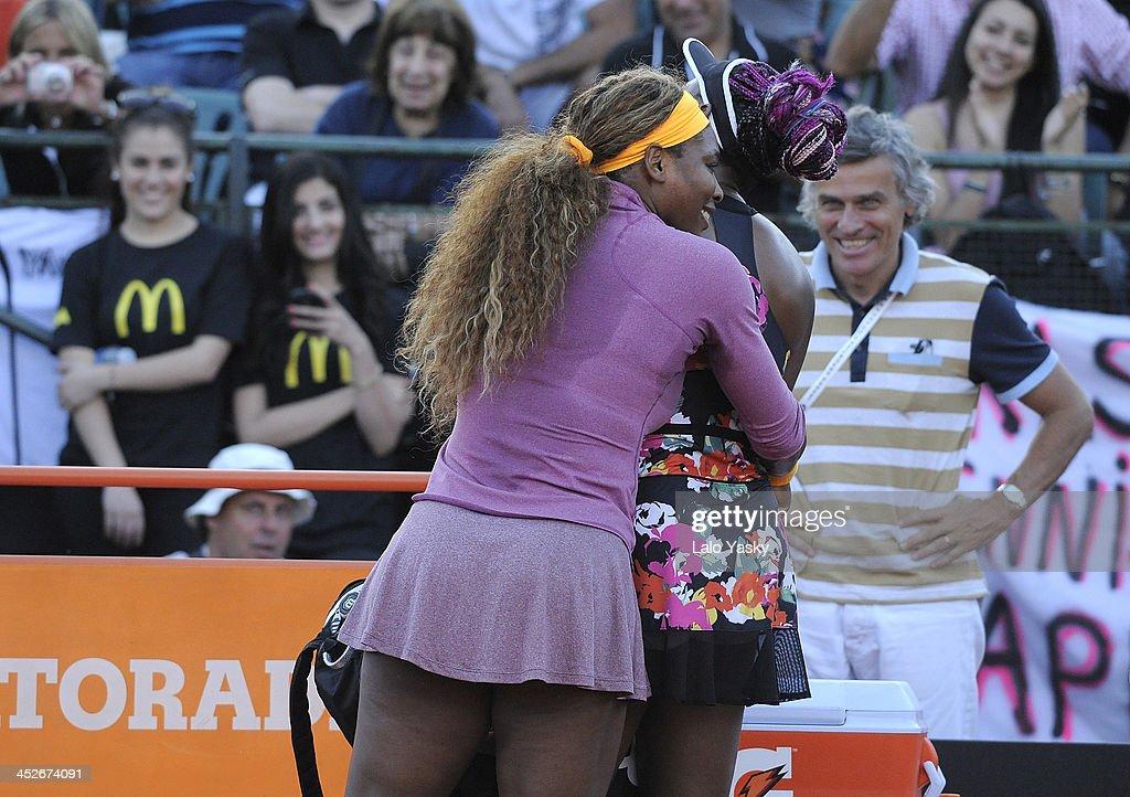 Venus and Serena Williams Exhibiton Match in Buenos Aires : News Photo