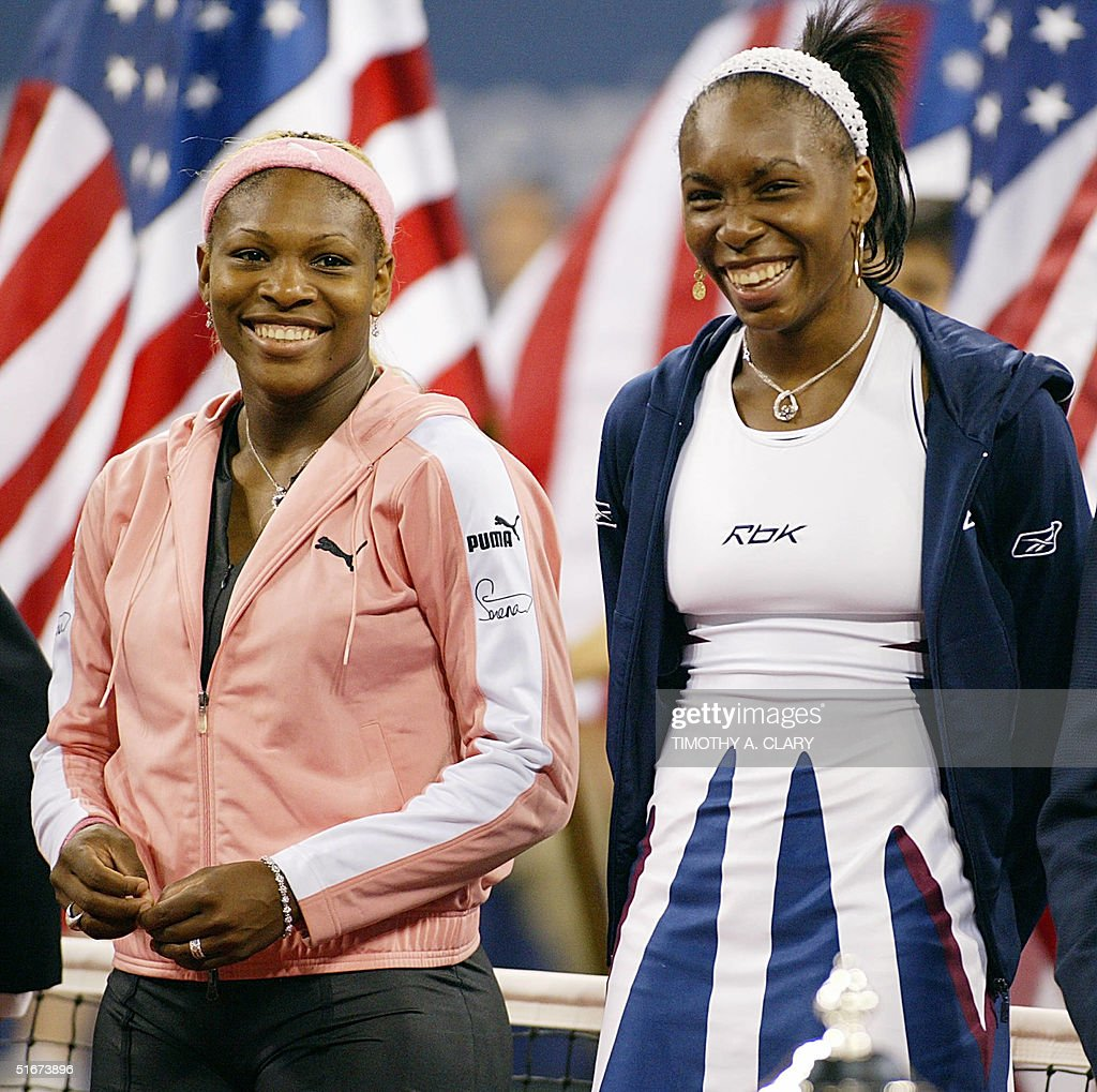 Serena Williams (L) of the US and her sister Venus : News Photo