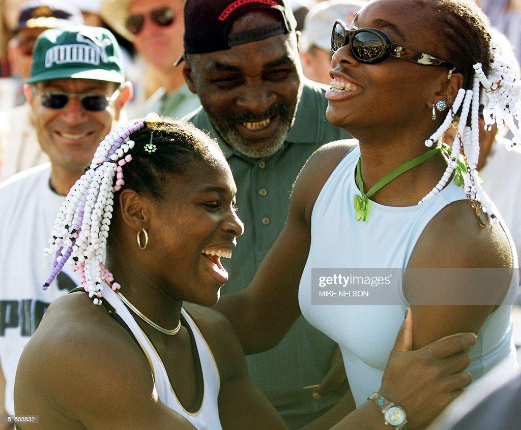 Serena Williams (L) of the US celebrates her Evert : Foto di attualità