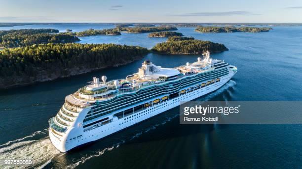 Ständchen von den Meeren Cruiser Schiff vorbei in den schwedischen Schären von Stockholm