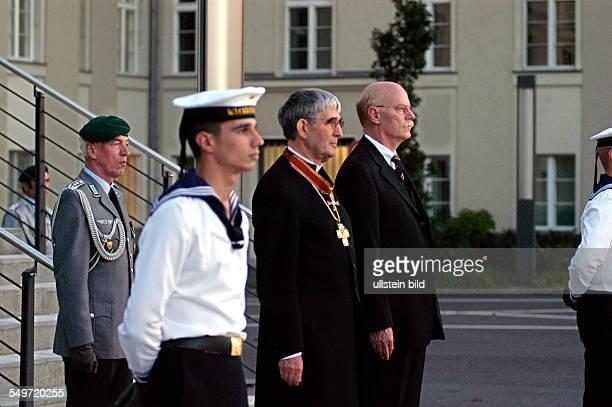 Serenade zur Verabschiedung von Militärbischof Dr Hartmut Loewe auf dem Paradeplatz im Bendlerblock in Berlin rechts Dr Peter Struck Bundesminister...