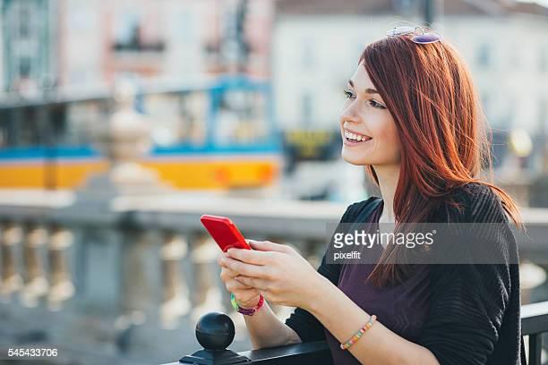 serene girl with smart phone - cabelo pintado de vermelho - fotografias e filmes do acervo