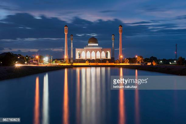serene twilight at central mosque of songkhla - hat yai foto e immagini stock