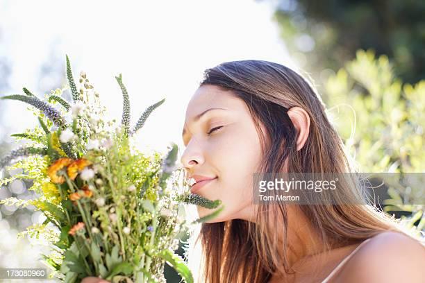 Ruhige Frau riechen Blumenstrauß