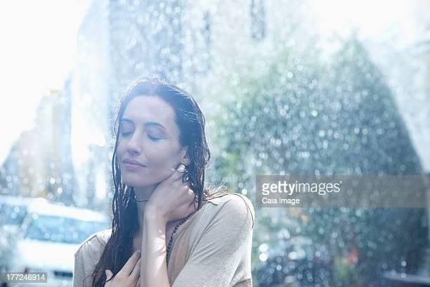 Tranquila mujer de lluvia