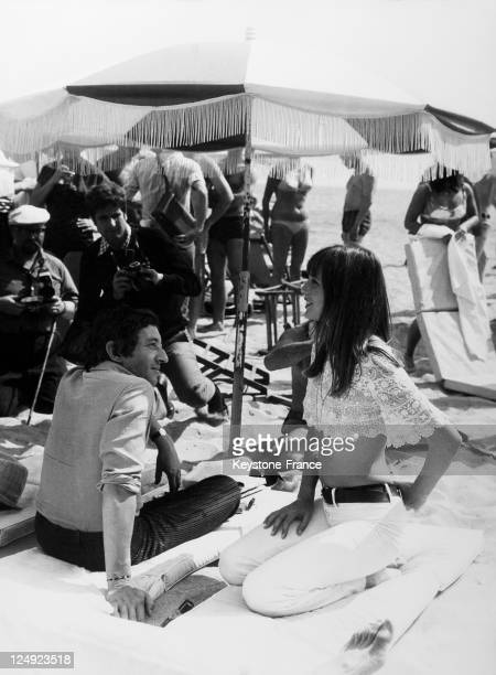 Serge Gainsbourg and Jane Birkin in the glare of photographers and journalists on the beach on May 19 1969 in Cannes France