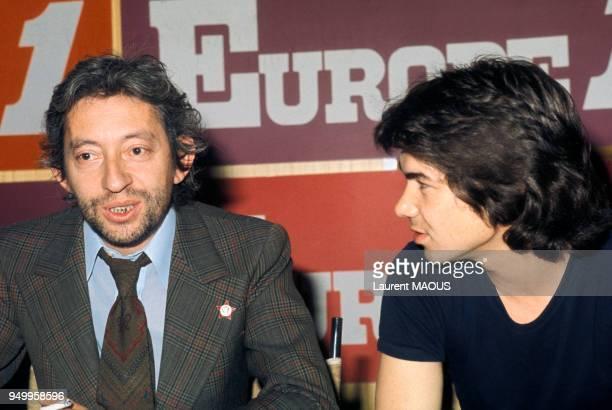 Serge Gainsbourg et Daniel Guichard lors d'une émission de radio sur Europe 1 circa 1970 à Paris France