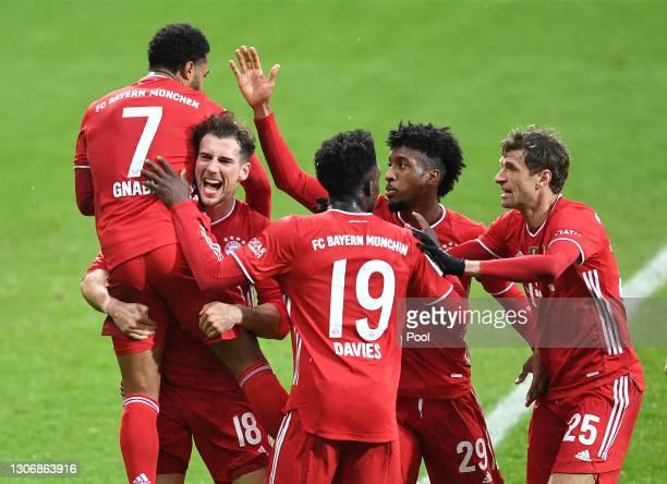 Serge Gnabry of FC Bayern Menchen celebrates with teammates Leon Goretzka, Alphonso Davies, Kingsley Coman and Thomas Mueller after scoring their...