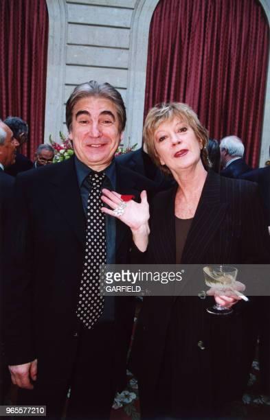 Serge Lama décoré de la Légion d'Honneur et son amie Alice Dona le 14 avril 2000 à Paris France