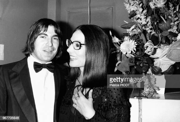 Serge Lama félicite nana Mouskouri après son concert à l'Olympia le 18 octobre 1979 à Paris France