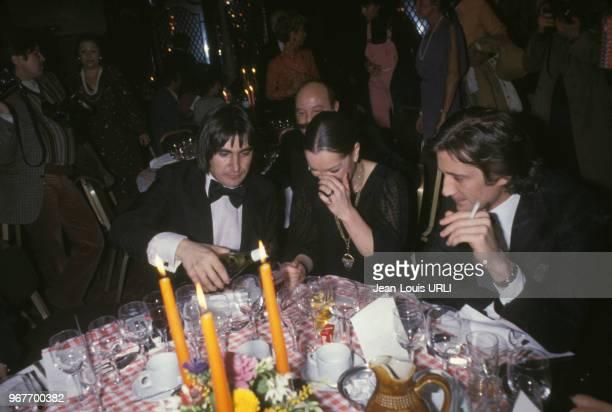 Serge Lama Romy Schneider et Daniel Biasini lors d'un diner au restaurant de l'hôtel Méridien à Paris en France le 16 janvier 1979