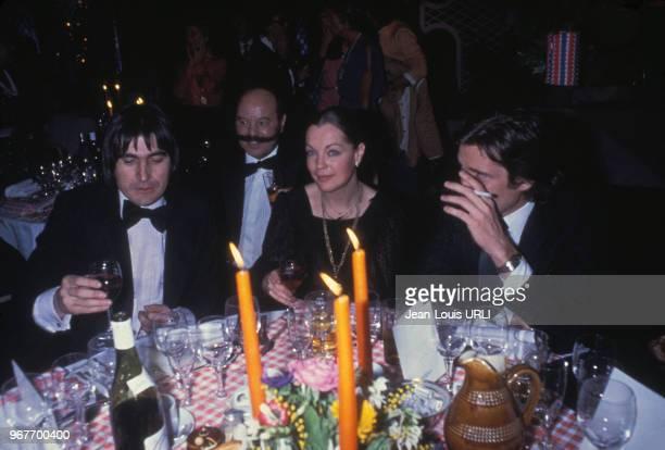 Serge Lama, Romy Schneider et Daniel Biasini lors d'un diner au restaurant de l'hôtel Méridien à Paris, en France, le 16 janvier 1979.