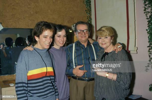 Serge Reggiani dans sa loge entouré de sa compagne Noëlle Adam et de Josephine et Annette Emily Chaplin lors de son concert à l'Olympia le 14 janvier...