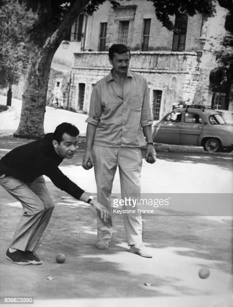 Serge Reggiani joue à la pétanque à Saint-Paul-de-Vence, France, le 28 août 1963.