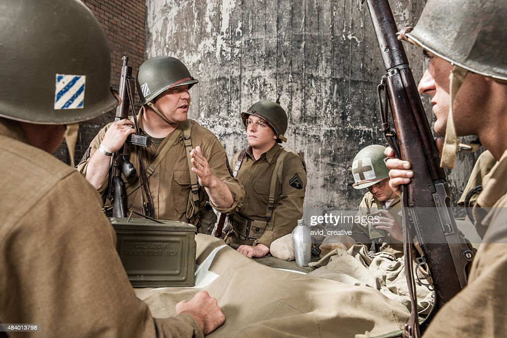 A Segunda Guerra Mundial Sargento explica plano de infantaria Squad : Foto de stock