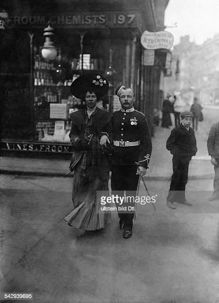 Sergeant mit seiner Ehefrau oder Freundin beim Bummel undatiert vermutlich um 1905Foto The PhotoNews Co