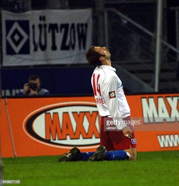 Sergej Barbarez *- Sportler, Fußball, Bosnien-Herzegowina kniet auf dem Rasen und schaut nach oben. Im Hintergrund befindet sich ein Fotograf....
