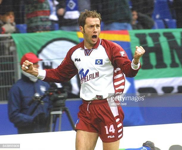 Sergej Barbarez, bosnischer Offensivspieler beim Fußball-Bundesligisten Hamburger SV, jubelt mit geballten Fäusten. .