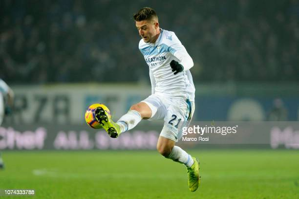 Sergej Milinkovic Savic of SS Lazio controls the ball during the Serie A match between Atalanta BC and SS Lazio at Stadio Atleti Azzurri d'Italia on...