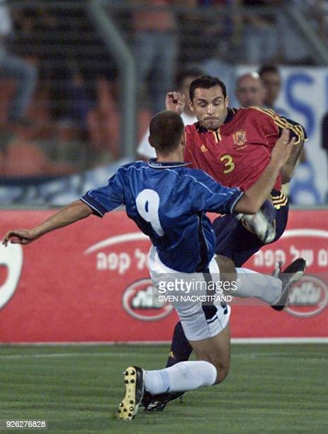 Sergi Barjuan of Spain duels against Israel's center Avi Nimny during their group 7 World Cup 2002 qualifying match in Ramat Gan 06 June 2001 AFP...