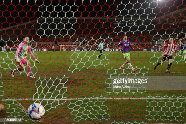 Sergi Canos of Brentford scores the equalling goal during the Sky Bet Championship match between Brentford and Bristol City at Brentford Community...