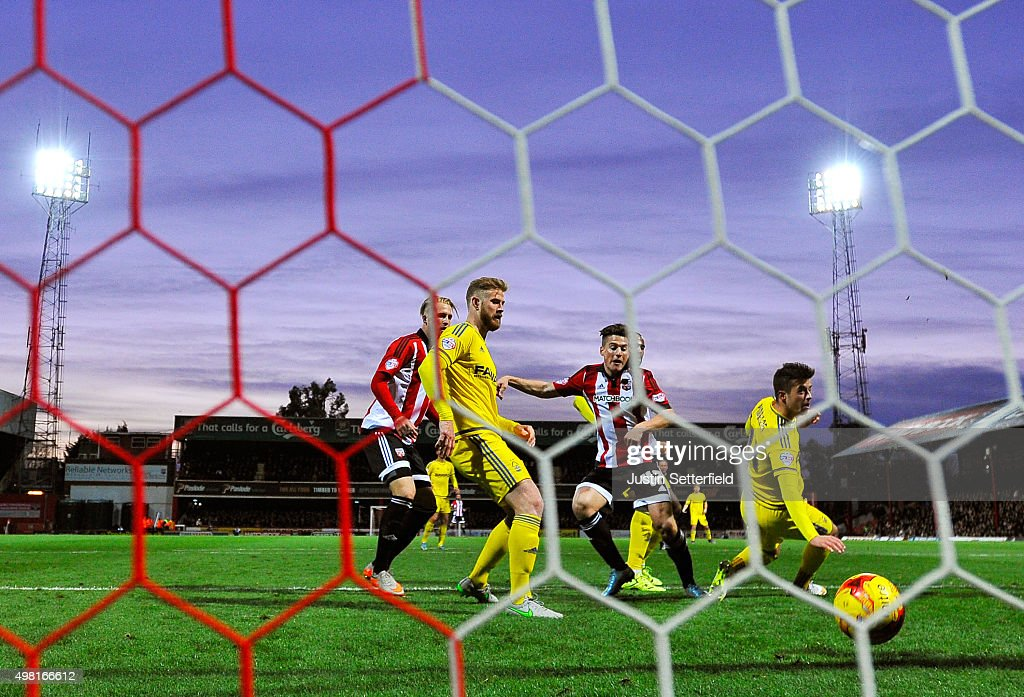 Sergi Canos (C) of Brentford scores the first goal during the Sky Bet Championship match between Brentford and Nottingham Forest at Griffin Park on November 21, 2015 in Brentford, United Kingdom.