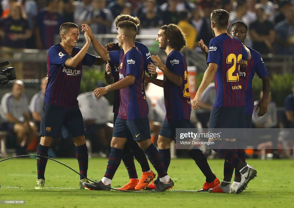 ¿Cuánto mide Sergi Palencia?  Sergi-palencia-of-barcelona-celebrates-with-teammate-moncu-after-they-picture-id1006978256