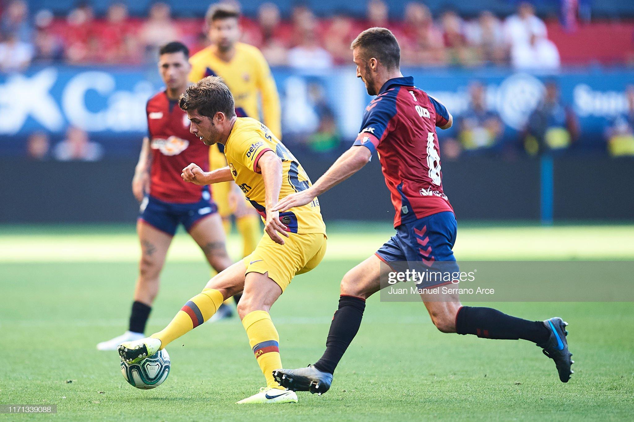 صور مباراة : أوساسونا - برشلونة 2-2 ( 31-08-2019 )  Sergi-roberto-of-fc-barcelona-being-followed-by-oier-sanjurjo-of-ca-picture-id1171339088?s=2048x2048
