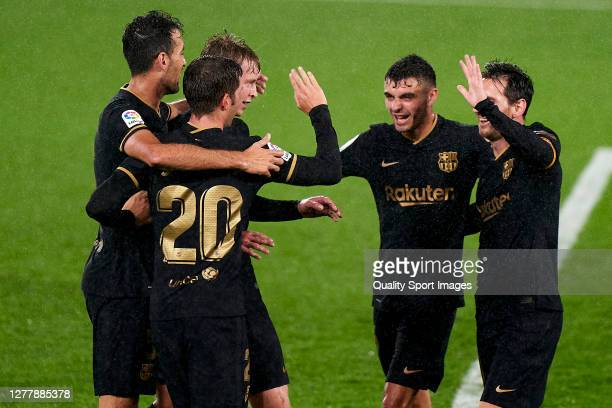 Sergi Roberto of FC Barcelona celebrates with his team mates after scoring his team's third goal during the La Liga Santander match between RC Celta...