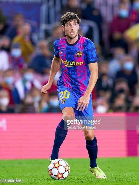 Sergi Roberto of FC Barcelona controls the ball during the UEFA Champions League group E match between FC Barcelona and Dinamo Kiev at Camp Nou on...