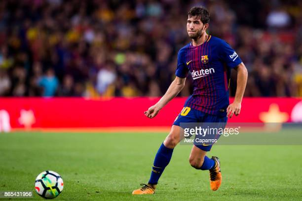 Sergi Roberto of FC Barcelona plays the ball during the La Liga match between Barcelona and Malaga at Camp Nou on October 21 2017 in Barcelona Spain