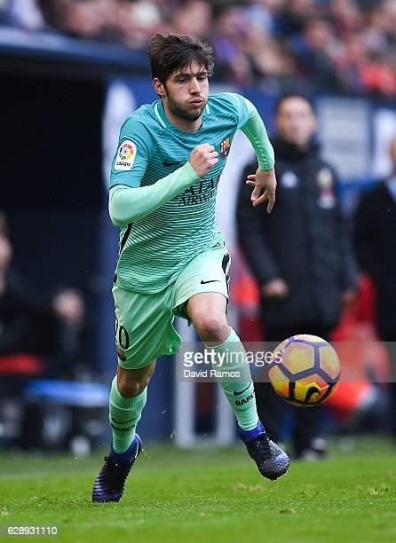 Sergi Roberto of FC Barcelona runs with the ball during the La Liga match between CA Osasuna and FC Barcelona at Sadar stadium on December 10 2016 in...