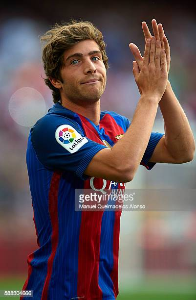 Sergi Roberto of FC Barcelona waves during the team official presentation ahead of the Joan Gamper trophy match between FC Barcelona and UC Sampdoria...