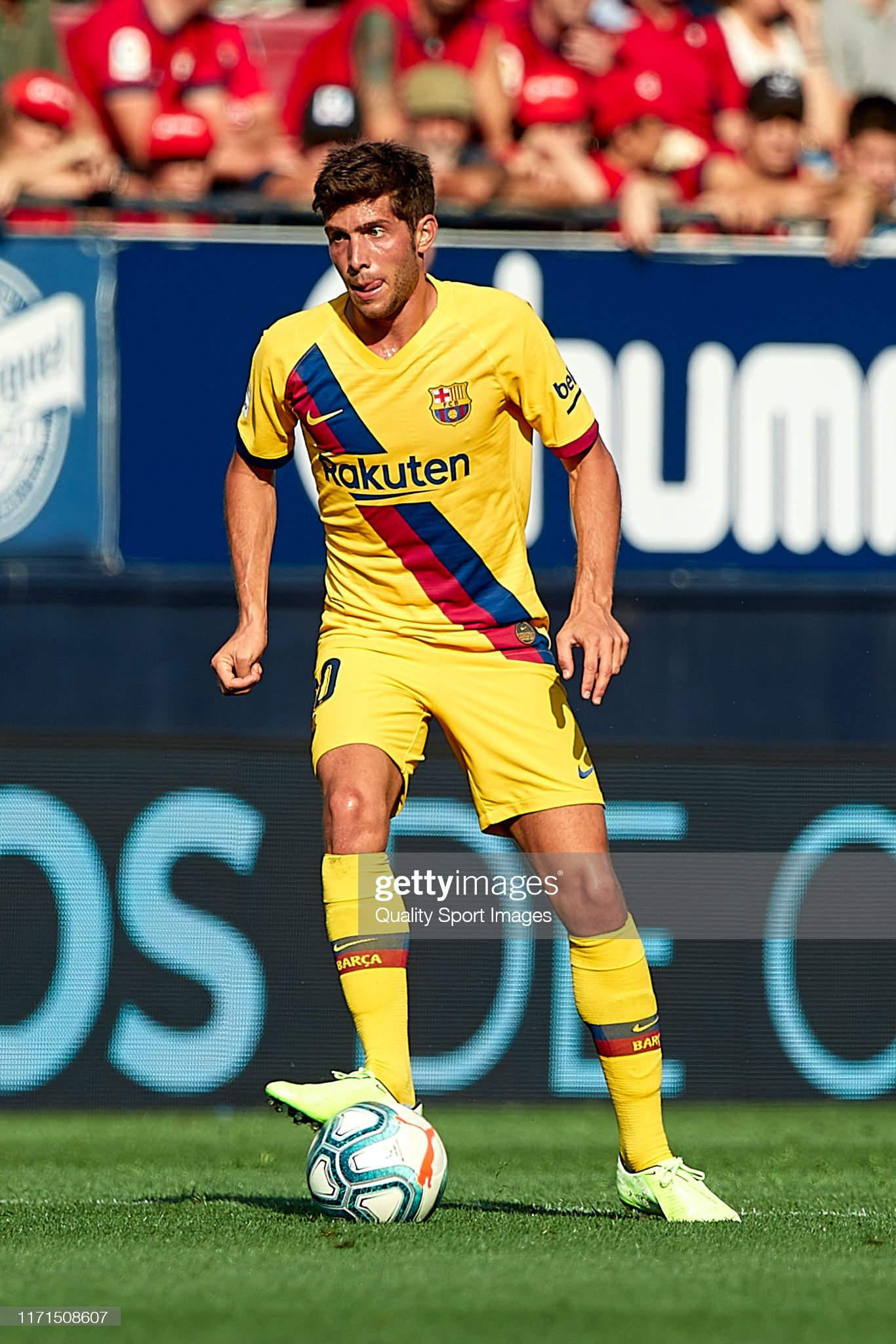 صور مباراة : أوساسونا - برشلونة 2-2 ( 31-08-2019 )  Sergi-roberto-of-fc-barcelona-with-the-ball-during-the-liga-match-ca-picture-id1171508607?s=2048x2048