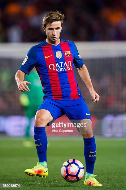 Sergi Samper of FC Barcelona controls the ball during the Joan Gamper trophy match between FC Barcelona and UC Sampdoria at Camp Nou on August 10...