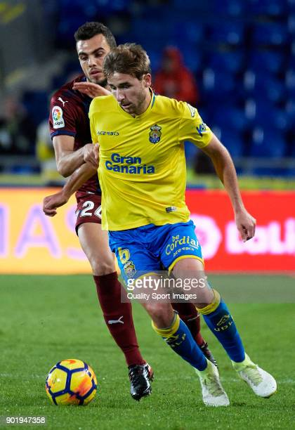 Sergi Samper of Las Palmas competes for the ball with Joan Jordan of Eibar during the La Liga match between Las Palmas and Eibar at Estadio Gran...