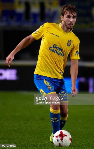 Sergi Samper of Las Palmas runs with the ball during the Copa del Rey Round of 16 first Leg match between UD Las Palmas and Valencia CF at Estadio...