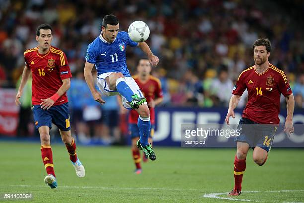 Sergio Busquets gegen Antonio di Natale Italien Italy und Xabi Alonso Finale Finale Spanien Italien Spain Italy 40 Fussball EM UEFA Euro...