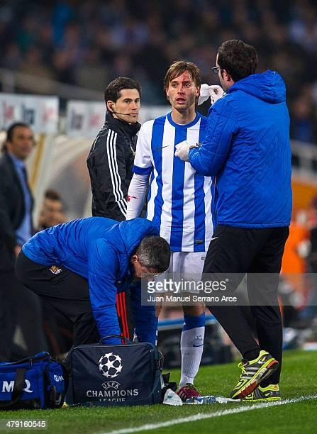 Sergio Canales of Real Sociedad bleeds during the La Liga match between Real Sociedad and Valencia CF at Estadio Anoeta on March 16 2014 in San...