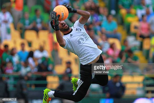 Sergio Garcia goalkeeper of Tigres UANL warms up previous a match between Leon and Tigres UANL as part of 16th round Clausura 2014 Liga MX at Leon...