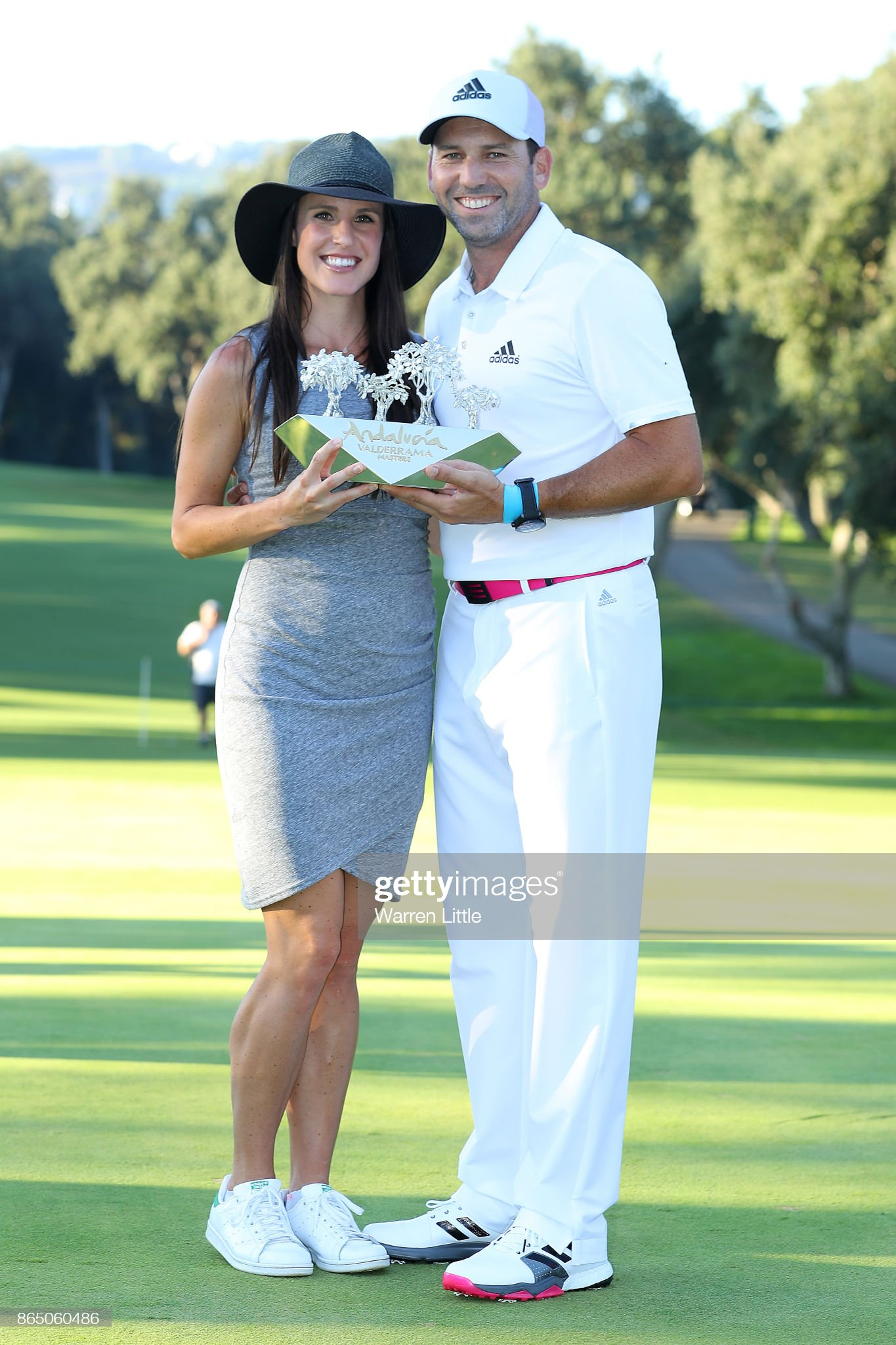 ¿Cuánto mide Sergio García Fernández? (Golf) Sergio-garcia-of-spain-poses-with-the-trophy-and-wife-angela-akins-picture-id865060486?s=2048x2048